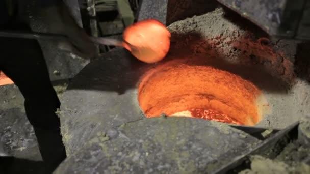 Tekutý kov v továrně, slévárny, roztavená ocel, roztavený kov