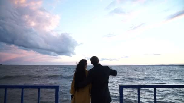 szerelmesek állt össze a kő quay közelében a tenger house