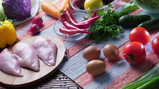 die Zusammensetzung des Essens auf dem Tisch. Frisches buntes Gemüse auf dem Tisch