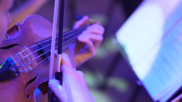 Detail ruce hrát na hudební nástroj, filharmonie