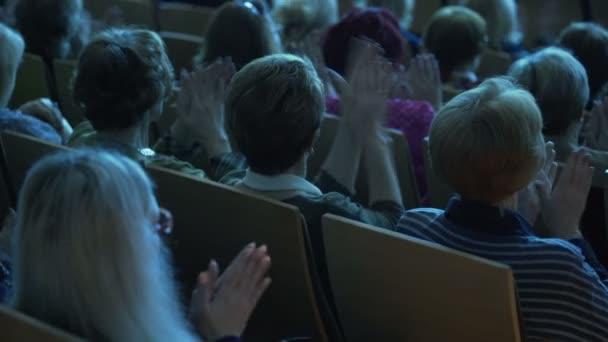 Fotografie Menschen in den Publikum einen Vortrag anhören und applaudieren. Konferenz