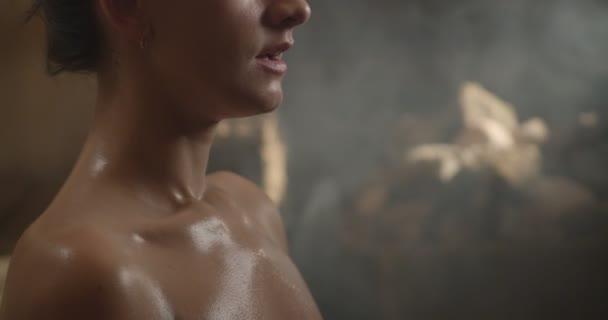 Ostatní dívky v lázeňském komplexu v sauně. Krásná žena po masáži