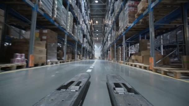 Targonca teherautó mozog között nagy fém polcokon egy Modern raktárépület