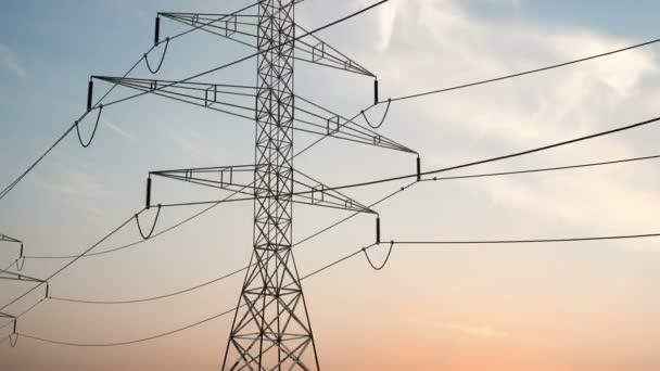 Strommasten und Stromleitungen an einem schönen Himmel. Hochspannungsmast