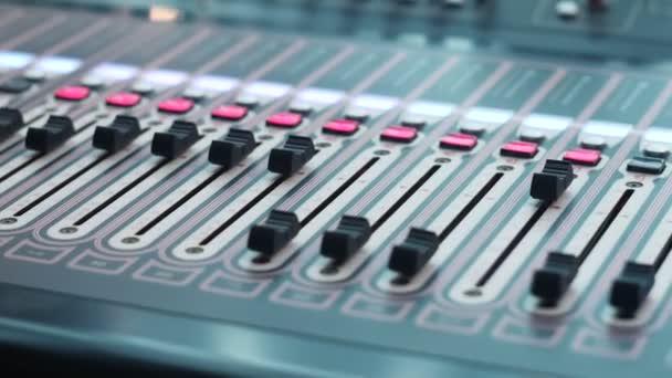 console di studio con un sacco di pulsanti e display in studio blocco hardware