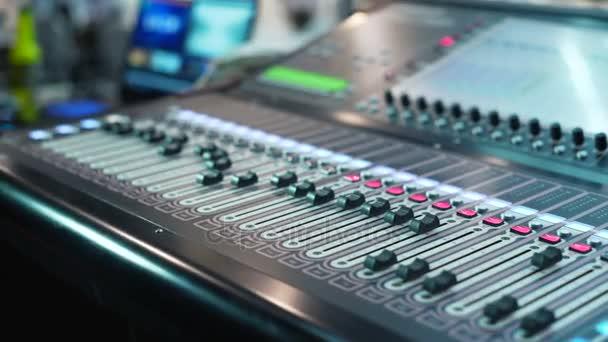 Audio-Mischpult im Studio, die Automatikknöpfe am Mischpult bewegen sich nach oben. Nahaufnahme dof