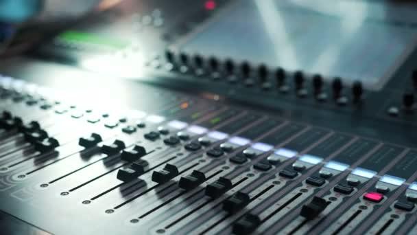 Console audio di registrazione studios e manopola. Direttore del suono annunciatore di record