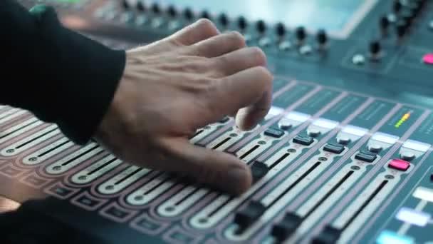 Nahrávací studia zvukový pult a knoflík. Zvukové záznamy výrobce hudebník