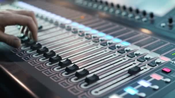 Muž pracuje na profesionální digitální audio kanál směšovač ve studiu. zvuk v show