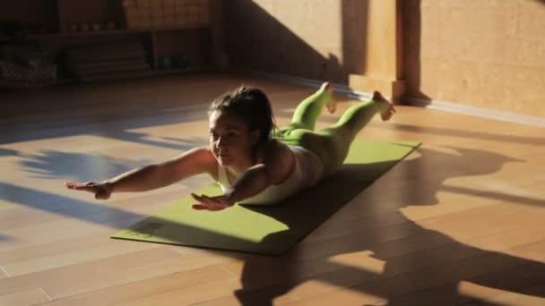 Ženské osobní trenér dělá ásany lež na cvičení mat