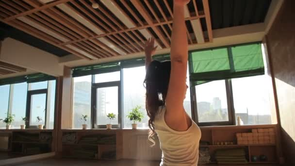 Jeden osobní trenér dělá ásany na podklad ve studiu yogas