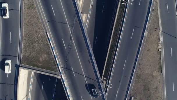 Letecký pohled na panoráma křivky silnice s auty