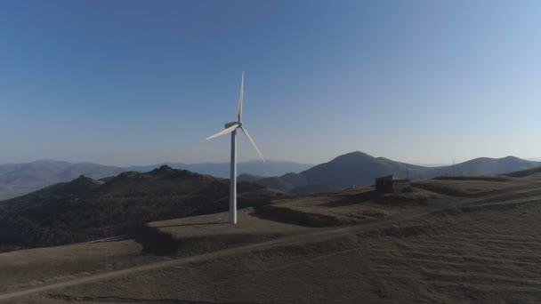 Reihe von modernen Windkraftanlagen, die Erzeugung von sauberer und erneuerbarer Energie