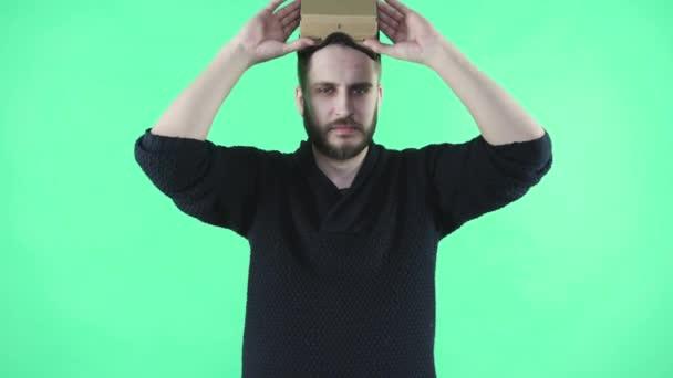 Muž ve vr headsetu na zeleném pozadí