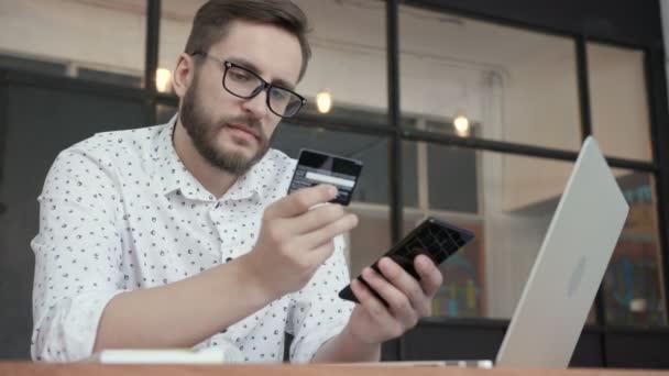 Ember használ online banki szolgáltatások, szúró telefon és kártya