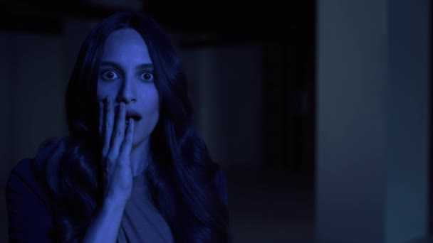 Vyděšené 40s žena překvapený a ohromený vypadající tvář strach problém široký oči 4k