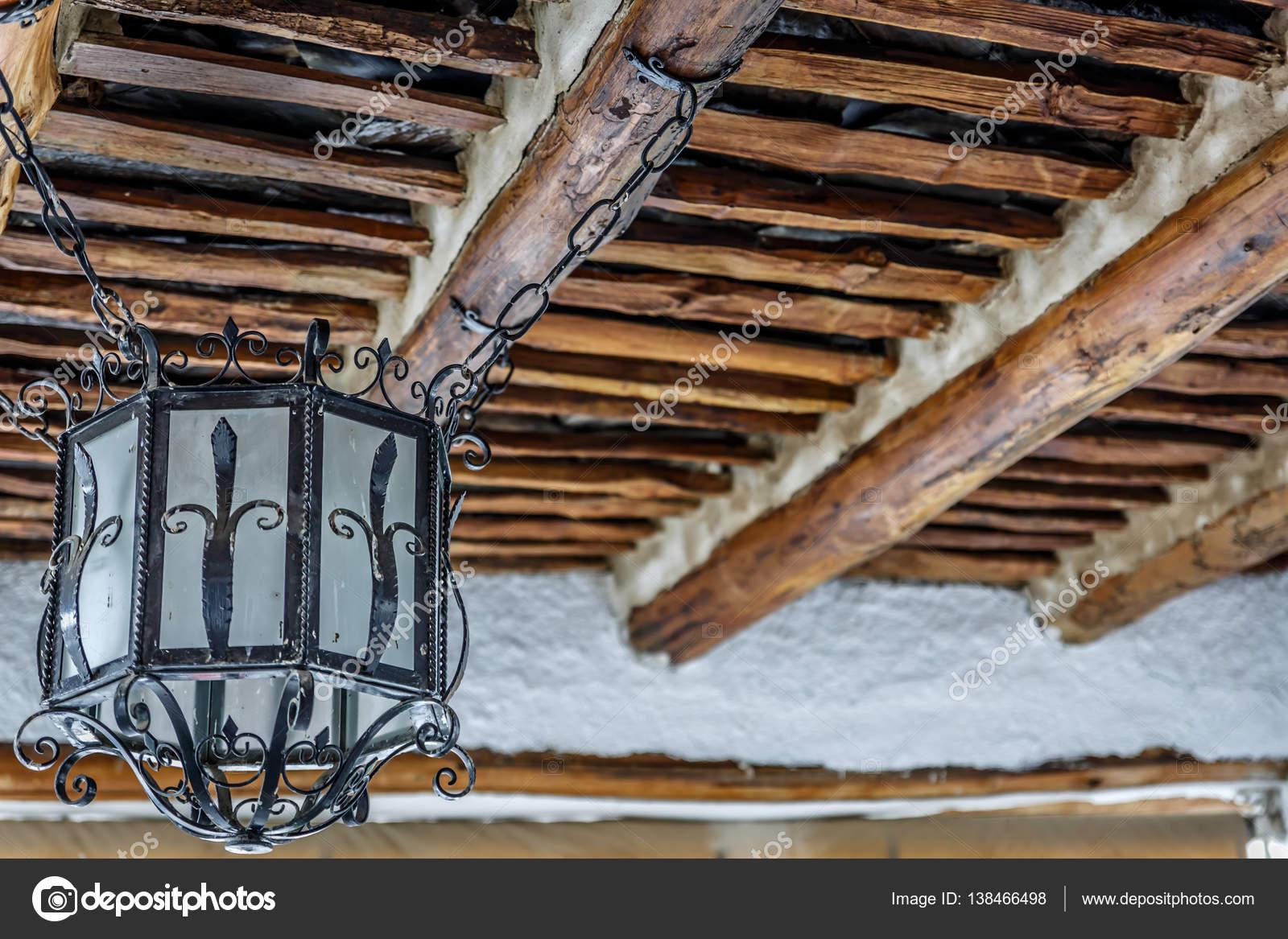 Häufig Rustikale Lampe hängen von einer Holzdecke — Stockfoto © oscar CP59