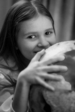 Siyah beyaz portre sevimli kız dünya küre ile poz