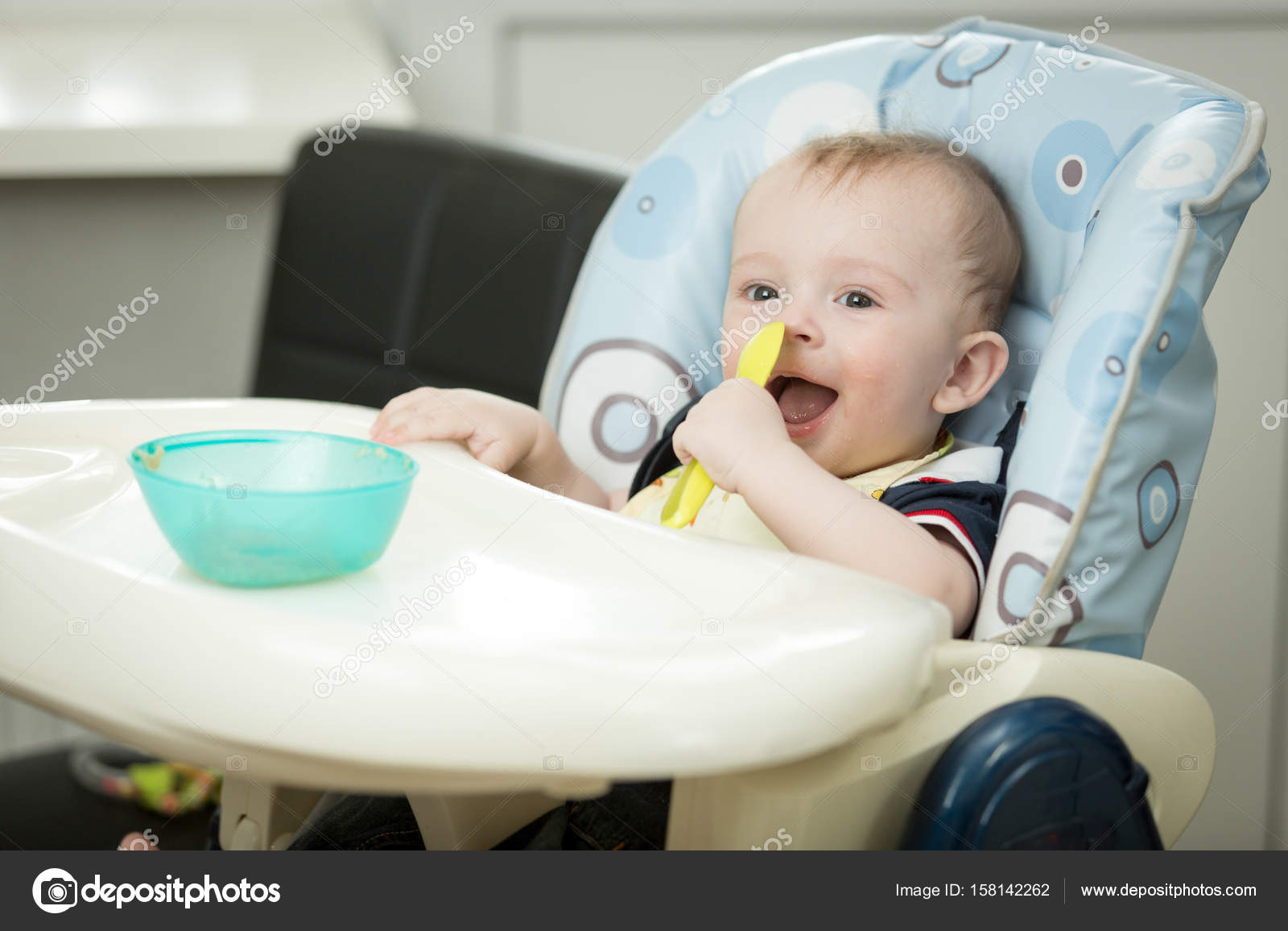 0017699f5ef Χαμογελώντας μωρό αγόρι κάθεται σε καρεκλάκι και τρώτε πληγούρι από spoo — Φωτογραφία  Αρχείου