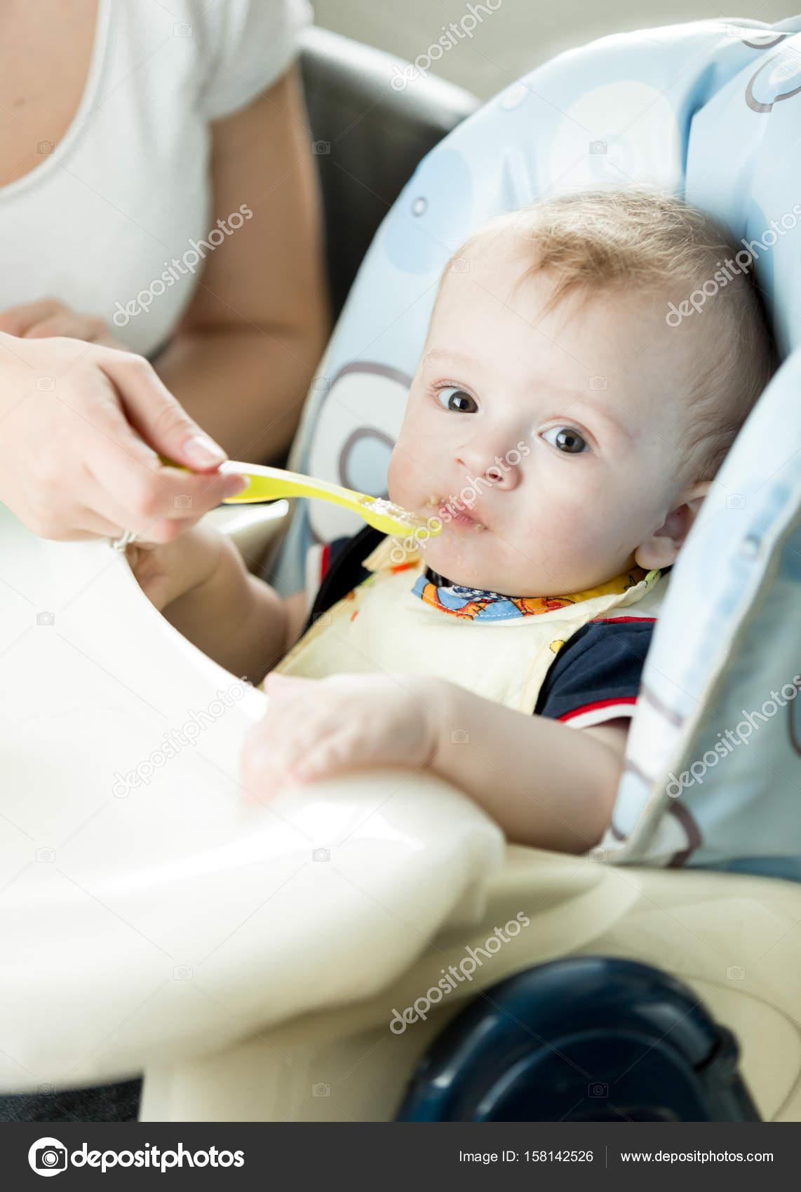 b78f4aff33e Χαριτωμένο 9 μηνών μωρό αγόρι τρώει από το κουτάλι — Φωτογραφία Αρχείου