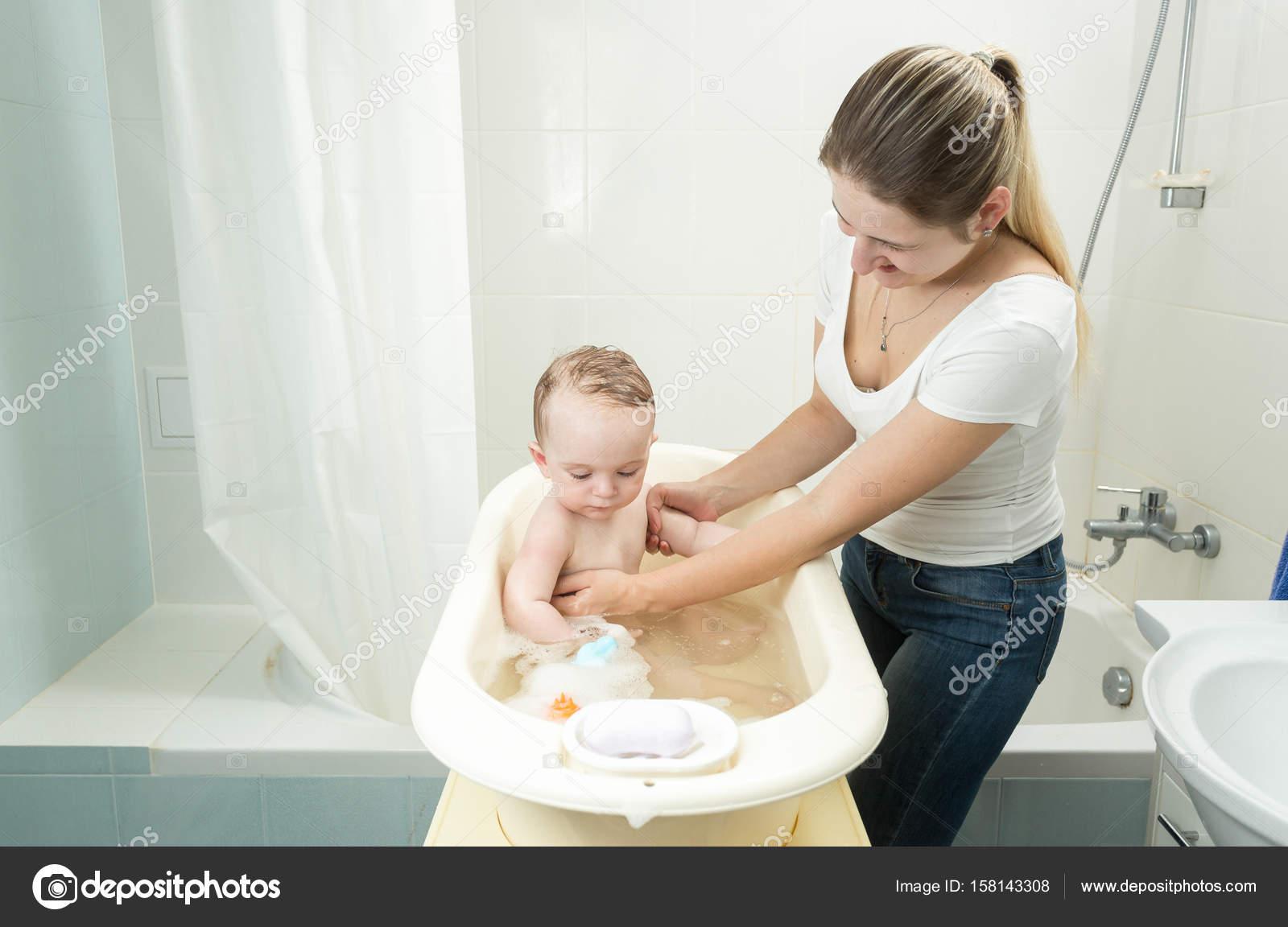 Сын трахнул тетю в ванной, Умываясь в ванной тетя дала племяннику - винтажное 25 фотография