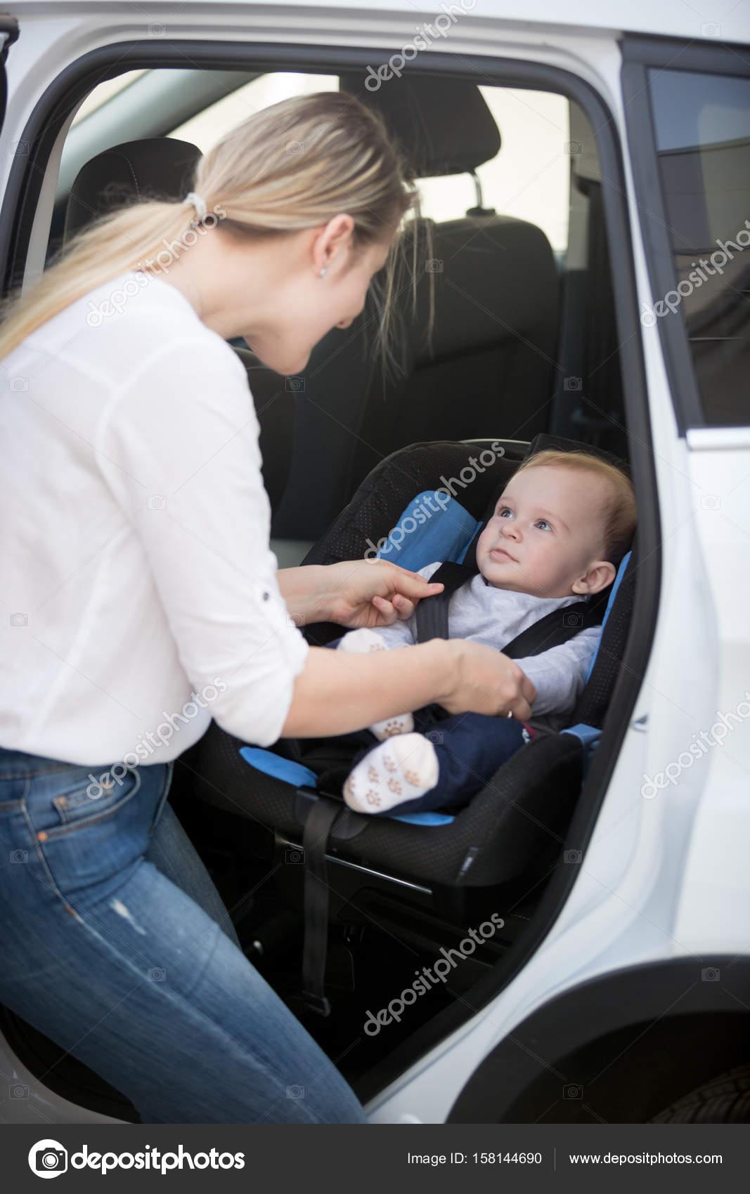 Mutter Ihr Baby Im Autositz Sitzen Stockfoto Kryzhov 158144690