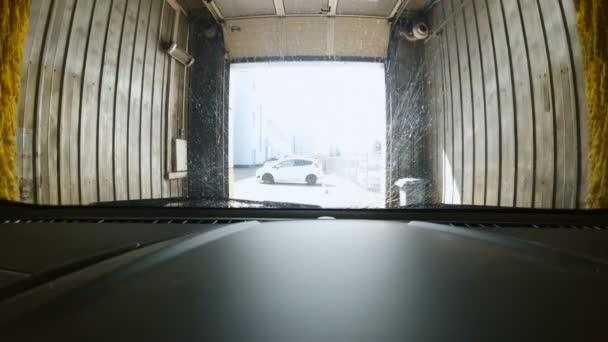 Pohled z uvnitř vozu na automatických mycích
