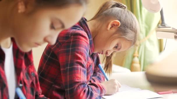 4 k detailní videa dívky studiu a psaní v copybook v učebně