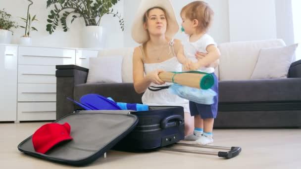 4 k videa Boy roztomilé batole pomáhá matce balením věcí do kufru