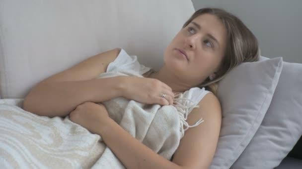 Closeup mladé ženy trpící depresí ležel na pohovce v obývacím pokoji