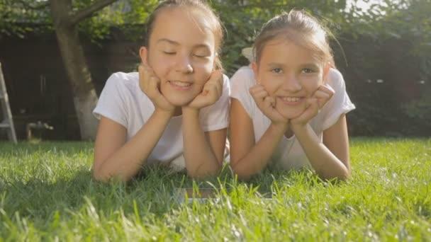 Feküdt a füvön a ragyogó napsütéses napon a két mosolygó lány portréja