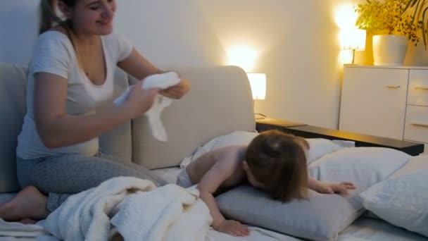 4 K Aufnahmen Von Jungen Mutter Die Versucht Ihren Kleinen Sohn