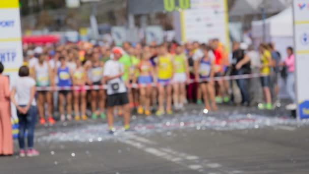 Rozmazaný záběr lidí, kteří stáli na startovní čáře maratonu