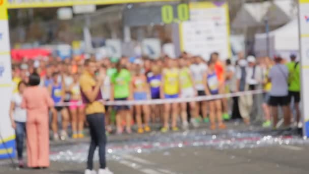 Geri sayım için başlangıç çizgisi üzerinde bekleyen koşucu bulanık atış