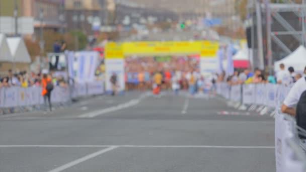 Rozostřený snímek běžců připravují na začátku řádku city Marathon