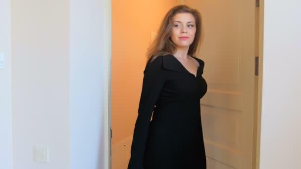 4 k záběry krásné elegantní ženy válcování kufr a zadáním hotelový pokoj