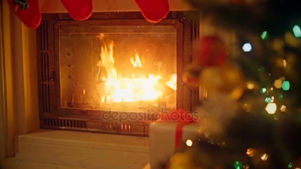 Pozadí s ozdobený stromeček a hořící krb v obývacím pokoji. Zaměřit se na krb