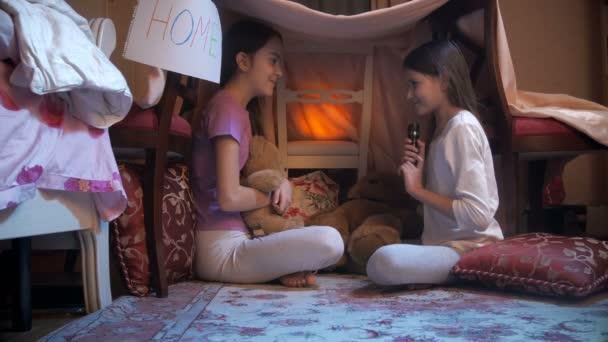 4k pořizování snímků dívka vyprávění příběhu své přítelkyni do stanu týpí