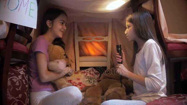Dívka vyprávěl strašidelný příběh k sestře do stanu týpí selfmade v noci