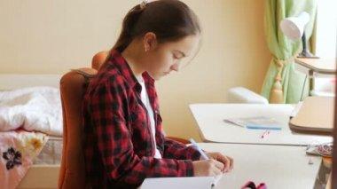 Portret student meisje jaar huiswerk in haar bureau in