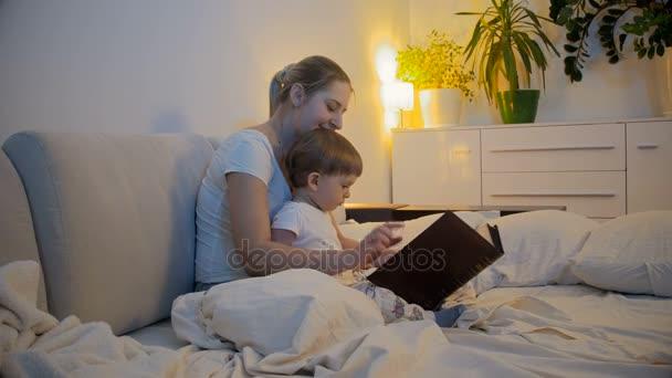 4 K Video Der Lesung Geschichte Der Mutter Zu Ihrem Baby Sohn Vor