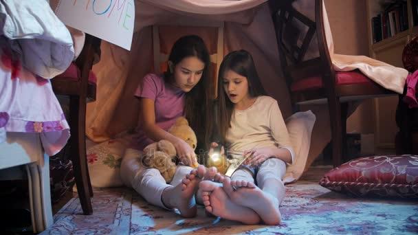 4 k video dvou dívek čtení knihy nahlas na vlastní stan