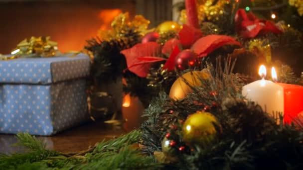 4k video vom Regler der Adventskranz mit brennenden Kerzen gegen Weihnachtsgeschenke und Kamin im Haus