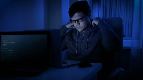 4 k záběry hacker snaží proniknout do bezpečnostního kódu