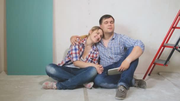 4 filmati di k della coppia sposata felice che abbraccia il piano nella loro nuova casa in fase di ristrutturazione