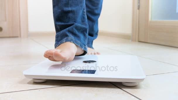 4 k video mladá žena stojící na váhy a jásot. Koncept hmotnosti ztráty