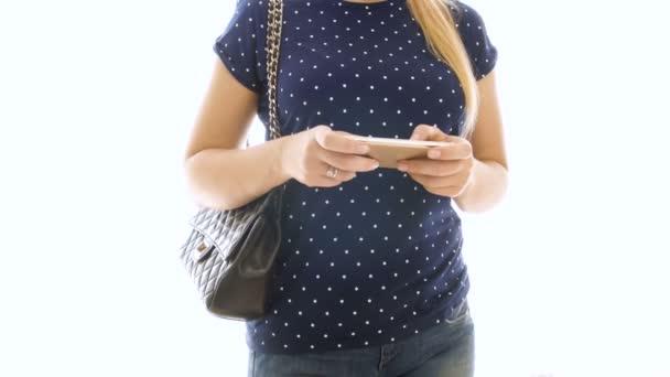 4 k closeip videó a fiatal nő használ smartphone jelentő fehér háttér