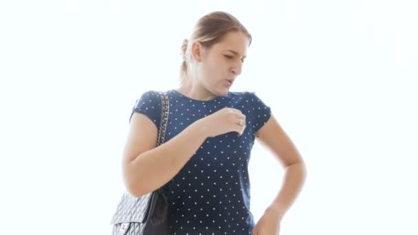 4 k felvétel, fiatal nő érzés a rossz szag, hóna alatt és a dezodor használata