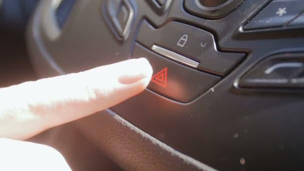 Detailní zpomalené záběry řidičů prstu červený trojúhelník nouzové tlačítko