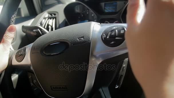 Detailní zpomalené video řidičku otáčení volantem při řízení auta